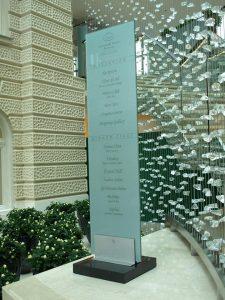 Steklen steber z napisi