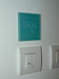 stanovanjske oznake na stenah