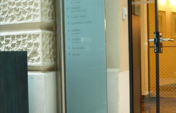 lux-glass-sign-stand